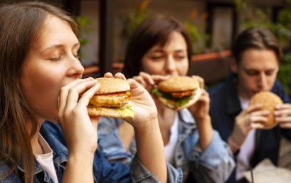 Газированные напитки и фаст-фуд вызывают нарушения сна у подростков