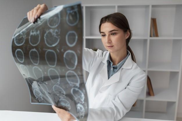 Ученые изучили, как ВИЧ может повреждать головной мозг